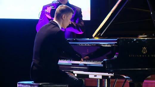 Chơi piano không cần tay, tài năng âm nhạc khiến thế giới lặng người