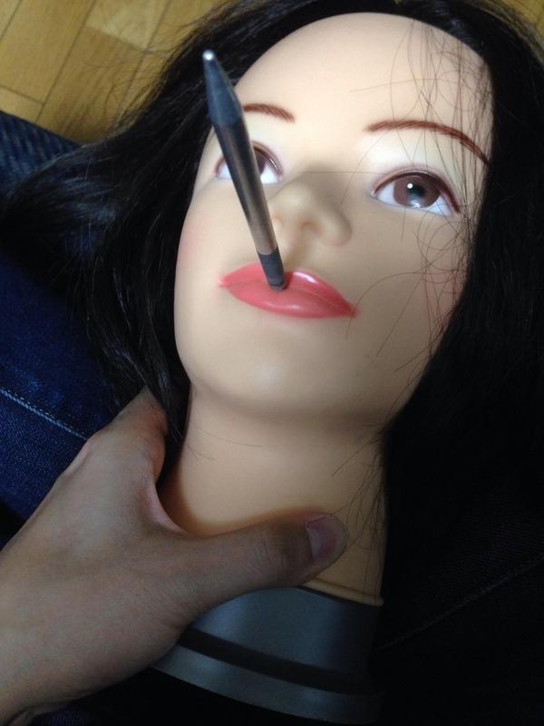 """Anh chàng """"táy máy"""" bắt đầu rất ngọt khi cắm bút vào miệng búp bê để bắt đầu rạch. (Ảnh: Internet)"""