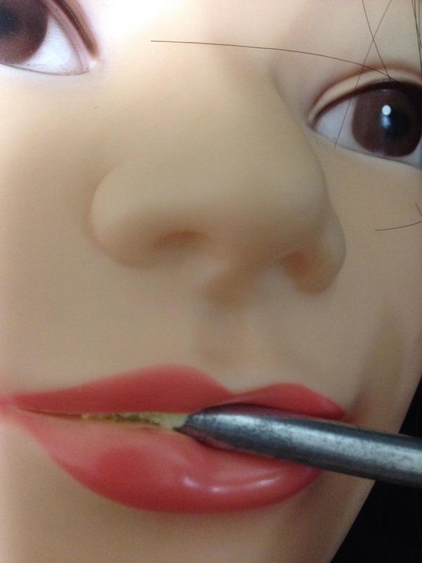 Phát hoảng với bộ mặt bị bóc trần của búp bê người lớn