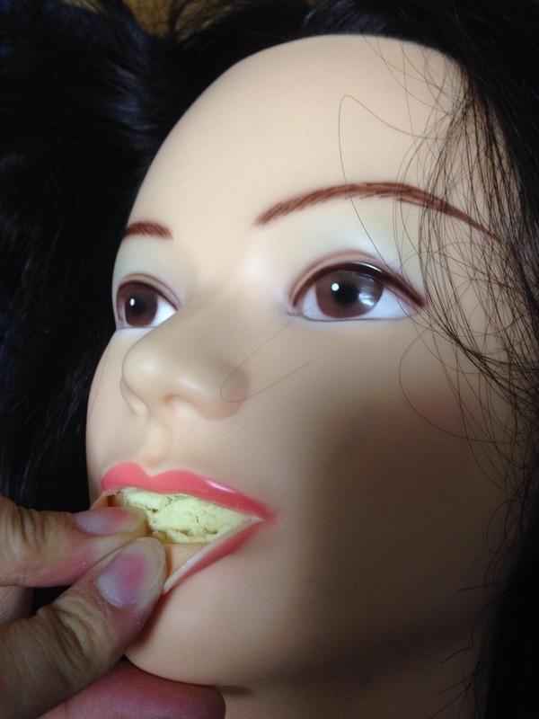 Chủ nhân con búp bê tiếp tục rút bớt lớp mút bên trong miệng ra mà không ngờ... (Ảnh: Internet)