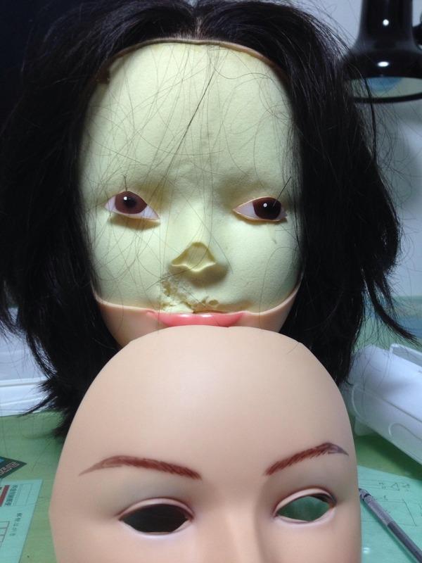 """Bây giờ thì đã đến lúc... """"lầy"""", chàng trai nảy ra một ý tưởng sáng tạo, liền cắt bỏ hai con mắt của búp bê... trả lại cho cái đầu. (Ảnh: Internet)"""
