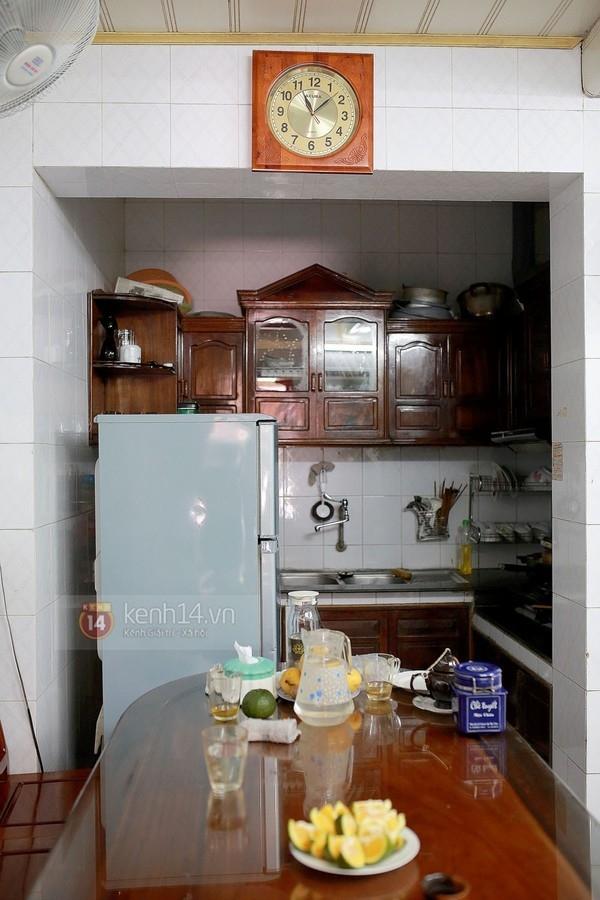 Đi sâu vào bên trong là phòng khách nhỏ cũng là khu bếp nấu nướng của gia đình. - Tin sao Viet - Tin tuc sao Viet - Scandal sao Viet - Tin tuc cua Sao - Tin cua Sao