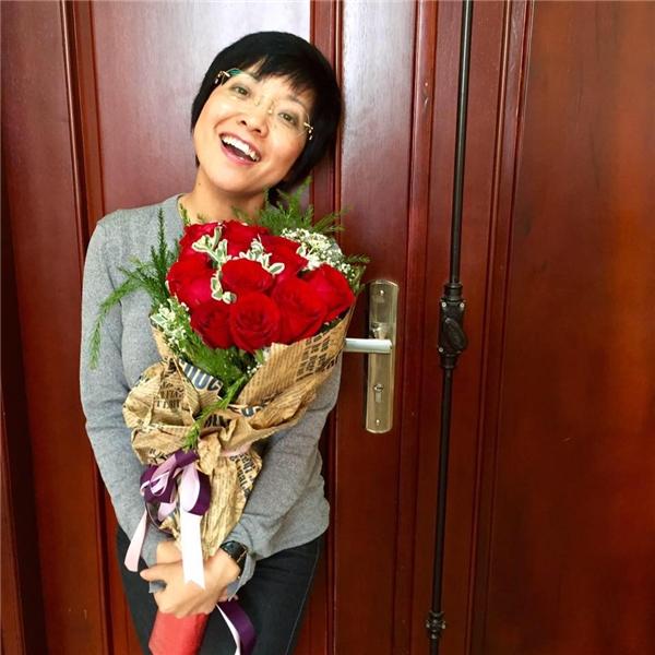 Ngày 18/4 vừa qua là sinh nhật của nữ MC. Trên trang cá nhân, chị tự taycập nhật hình ảnh vui tươi này và nhận được nhiều lời chúc mừng, đặc biệt là những lời chúc chị mạnh khỏe. - Tin sao Viet - Tin tuc sao Viet - Scandal sao Viet - Tin tuc cua Sao - Tin cua Sao