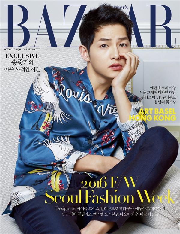 Nam diễn viên vẫn mang đến vẻ ngoài điển trai, thư sinh, lịch lãm vốn có. Song Joong Ki diện áo bên trên với họa tiết đậm nét văn hóa phương Đông của thương hiệu Louis Vuitton kết hợp cùng quần âu xanh cổ điển.