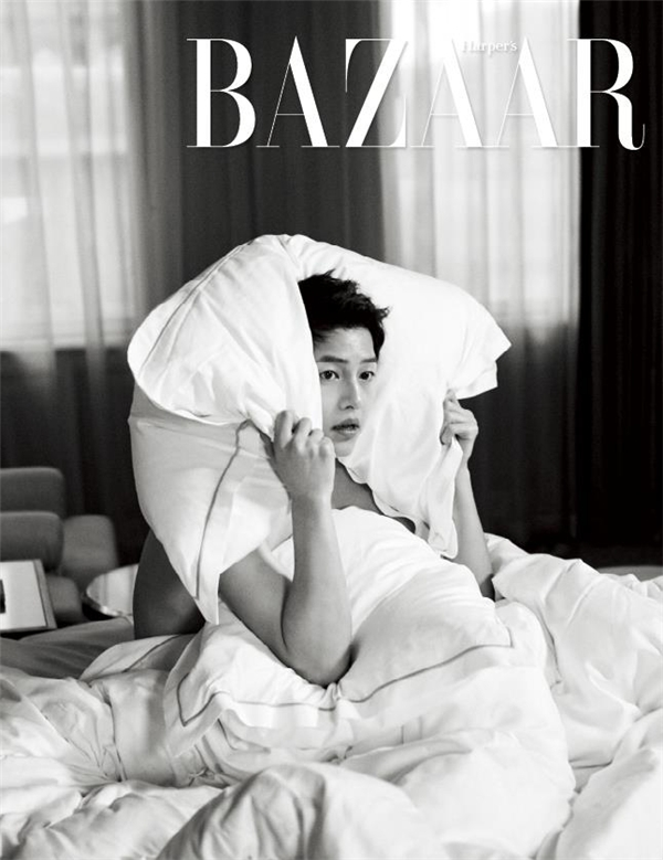 Một số hình ảnh trong hậu trường buổi chụp ảnh của Song Joong Ki cũng được chia sẻ khiến khán giả, người hâm mộ vô cùng thích thú bởi vẻ ngoài điển trai, tinh nghịch.