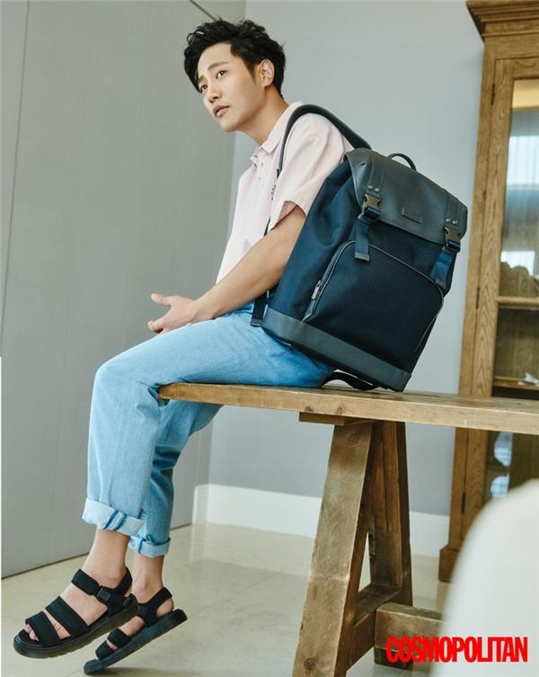 Jin Goo mang đến một gợi ý tuyệt vời cho các chàng trai trong những ngày hè sắp tới đây với: áo phông, quần jeans denim cổ điển và balo, sandal năng động.