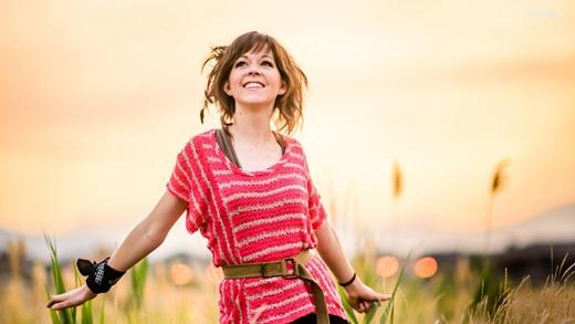 Lindsey Stirling hoặc Lindseystomp là một YouTuber có khả năngnhảy múa trong khi đang chơi violon.(Ảnh: Internet)