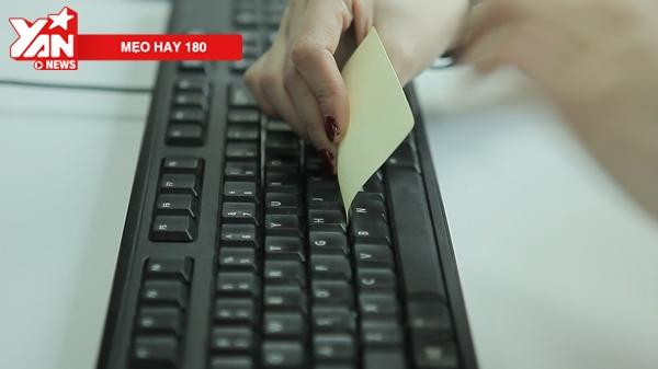 Đặt miếng giấy note với phần keo dính ở sâu trong kẽ phím, kéo qua lại