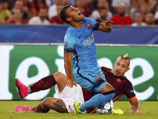 5. Rafinha dính chấn thương nặng:Rafinha là một cầu thủ mà Luis Enrique cực kìngưỡng mộ, bằng chứng là Enrique đã kéo Rafinha cùng sang Celta Vigo. Trong trận đấu với AS Roma ở Champions League, Rafinha dính chấn thương nặng, phải nghỉ 6 tháng và Barcelona mất luôn một cầu thủ chơi cực kìđa năng.