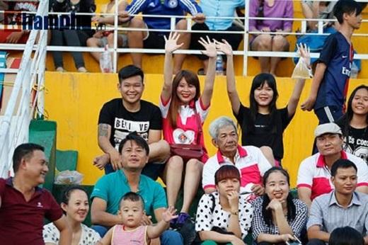 Sân Thống Nhất rộn ràng với sự góp mặt của CĐV lớn tuổi, trẻ em, giới trẻ theo dõi đội Sài Gòn FC thi đấu