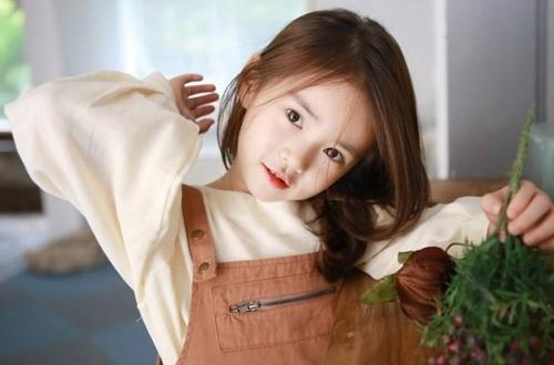 Tuy còn nhỏ nhưng Won Hee đã có thể tạo dáng chuyên nghiệp như một người mẫu thực thụ. 