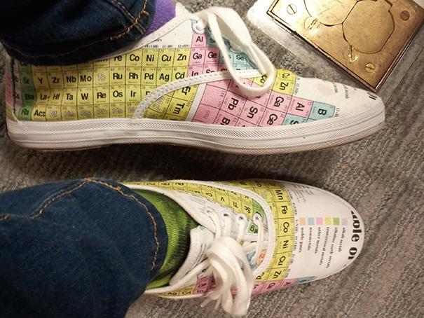 Tốt nhất đừng thu hút sự chú ý của giám thị kẻo chân trần vào phòng thi.