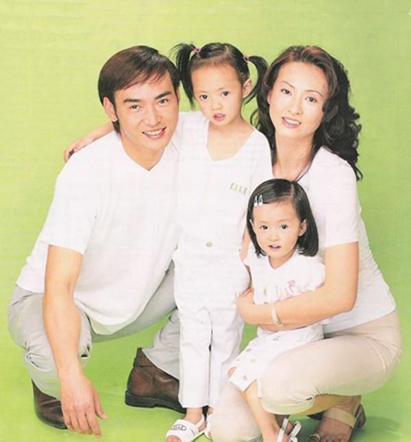 Hình ảnh gia đình khi còn hạnh phúc của Tiêu Ân Tuấn. Khi ly hôn, Tiêu Ân Tuấn không được gặp hai con gái của mình, tình cảm phụ tử cứ thế mà phai nhạt.