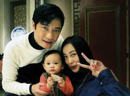 La Gia Lương đã có một cậu con trai với người vợ cũ Phương Mẫn Nghi. Sau khi ly hôn, tài tử này không thèm đoái hoài gì đến vợ và con trai.