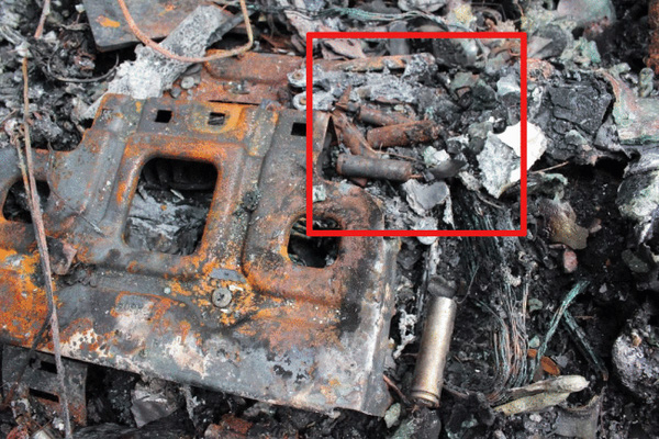 Trong ô vuông đỏ là những cục pin được xác định là nguyên nhân gây nên vụ cháy xảy ra vào cuối năm 2015 tại Mỹ, và đây chỉ là một trong rất nhiều trường hợp. (Ảnh: Internet)