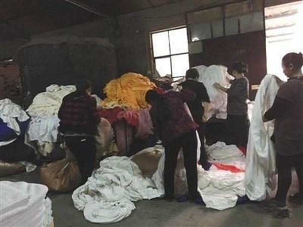 Bên trong xưởng giặt ga trải giường cho các khách sạn ở Bắc Kinh.