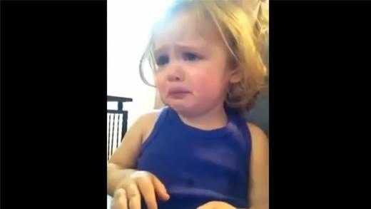 Bất ngờ trước phản ứng của bé gái khi nghe nhạc cưới của bố mẹ