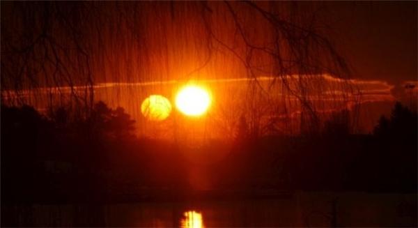 Hai mặt trời xuất hiện vào ngày30/12/2015, ởthị trấn Oran, vùng Hipolito Yrigoyen (Argentina). (Ảnh: Internet)
