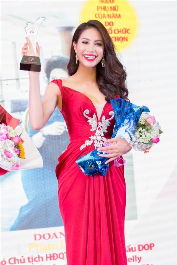 """Và những đóng góp to lớn của Phạm Hương đã được ghi nhận bằng danh hiệu """"Người phụ nữ của năm"""" được trao vào tối qua."""
