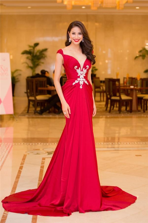 Đến tham dự buổi trao giải, Phạm Hương xuất hiện lộng lẫy trong bộ váy có sắc đỏ nồng nàn, quyến rũ.