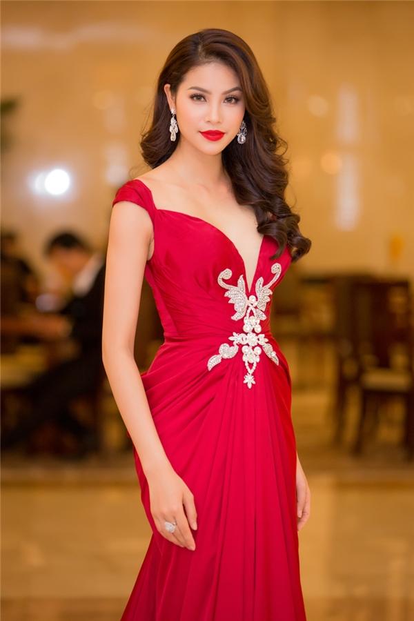 Bộ váy tạo điểm nhấn bởi những đường gấp li, xếp nếp tạo phom kết hợp ren đính kết ở thắt eo.