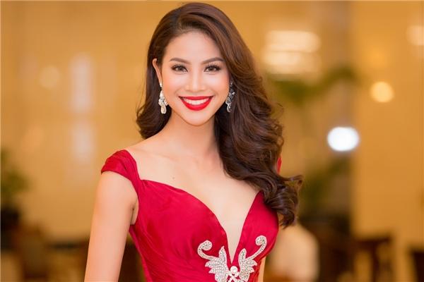 Cận cảnh nhan sắc ngày càng mặn mà, sắc sảo của Hoa hậu Hoàn vũ Việt Nam. Theo chia sẻ của Phạm Hương, thời gian gần đây dáng vóc của cô cũng dần được cải thiện khi tăng kí nhưng tỉ lệ giữa số đo 3 vòng vẫn được giữ vững.