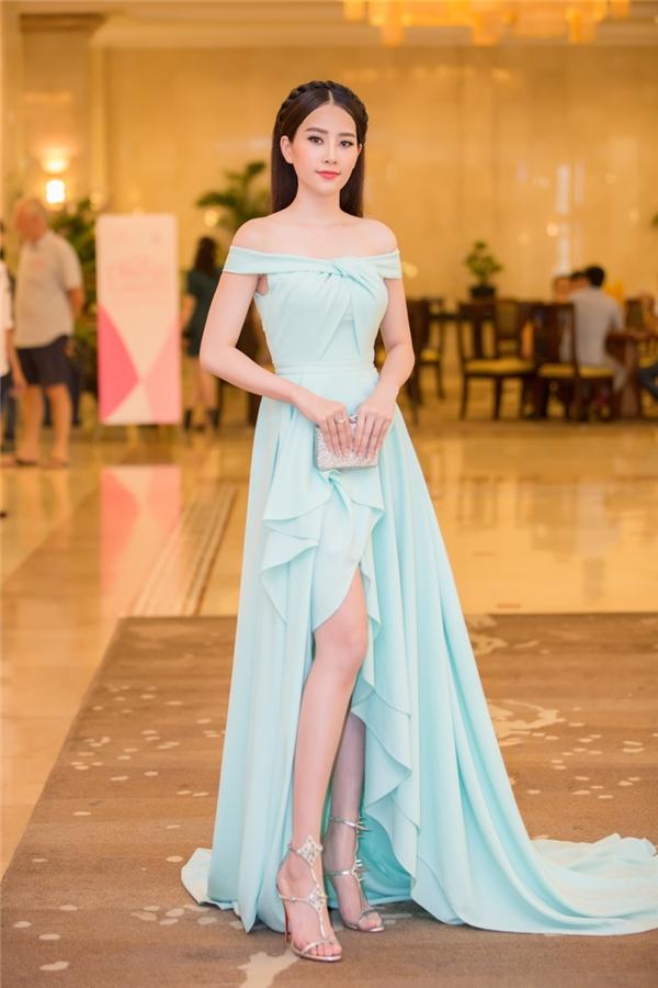 Đến tham dự buổi trao giải này còn có người đẹp Nam Em - Hoa khôi Đồng bằng sông Cửu Long 2015, Top 10 Hoa hậu Hoàn vũ Việt Nam 2015.