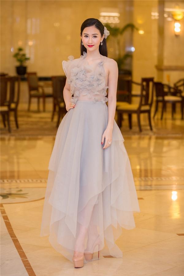 Á hậu Hà Thu ngọt ngào, mỏng manh trong bộ váy được thực hiện bằng voan lụa nhẹ nhàng.