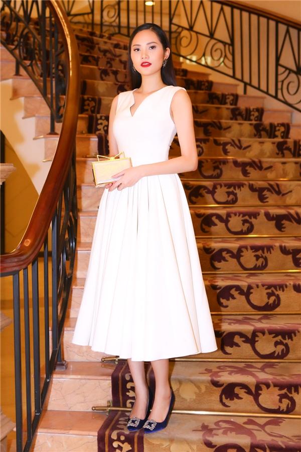 Người đẹp Diệu Linh nền nã với váy trắng thanh lịch.