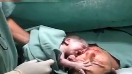 Xúc động trước cảnh em bé vừa chào đời nhất định không rời xa mẹ