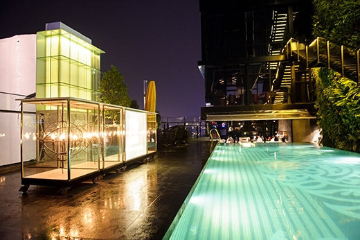 Toàn cảnh khu vực bể bơi của bar.