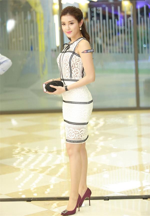 """Trong đó, bộ váy mà Á hậu Huyền My diện có cấu trúc, cách bố trí các chi tiết hoàn toàn trùng khớp với thiết kế của Chung Thanh Phong. Nhưng đây chỉ là sản phẩm """"nhái""""."""