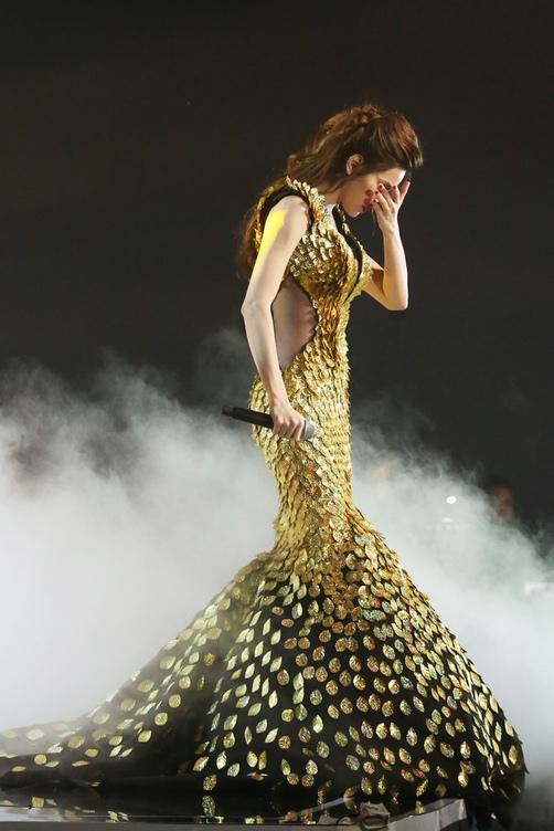 Bộ váy giúp Hồ Ngọc Hà phô diễn khéo léo đường cong trên cơ thể với phom đuôi cá đặc trưng cùng những đường cắt xẻ tinh tế ở thắt eo.