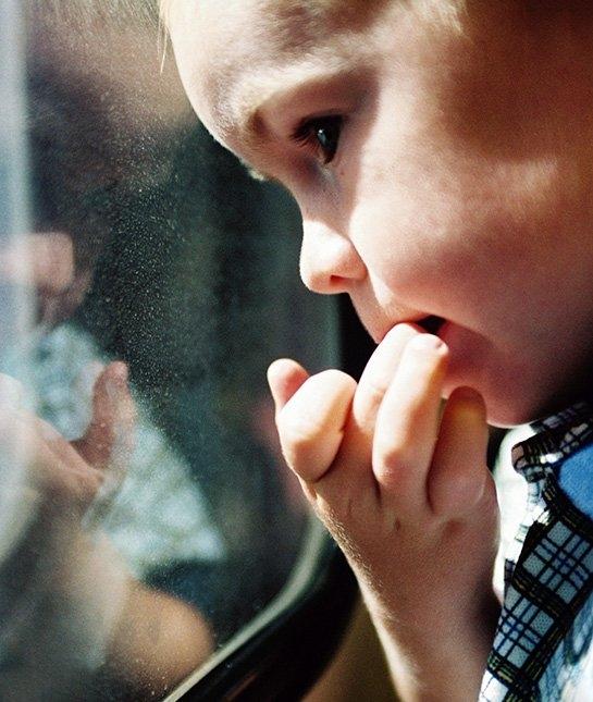 Lần đầu rời xa bố mẹ có thể khiến trẻ sợ bị bỏ rơi. (Ảnh: Getty Images)