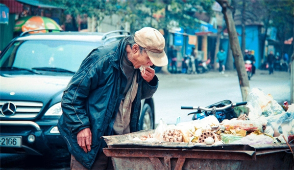 Hình ảnh ông cắn vội miếng bánh tìm được khiến người xem nhói lòng.