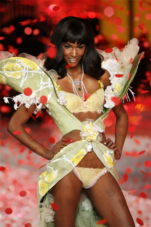 """Hơn hết, Sessilee Lopez còn từng là người mẫu của hãng nội y danh tiếng Victoria's Secret trong hai năm 2008 và 2009. Đặc biệt, người đẹp còn gây sốt với giới mộ điệu thời trang khi cùng ba siêu mẫu da màu khác là: Naomi Campbell, Liya Kebede và Jourdan xuất hiện trên 4 trang bìa khác nhau của ấn phẩm """"All-black"""" thuộc tạp chí Vogue Mỹ. Hiện tại, Sessilee Lopez được xếp vào hàng những chân dài da màu đắt giá nhất hành tinh. Cô còn là """"nàng thơ"""" của nhiếp ảnh gia tài năng Steven Meisel trong nhiều năm."""