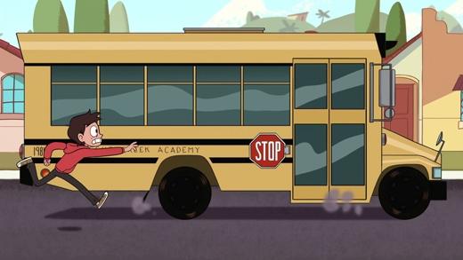 Vừa đến trạm xe buýt thì xe buýt đến.