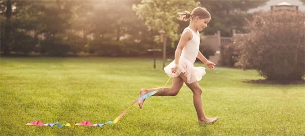 Chạy chân trần trên cát hay cỏ.