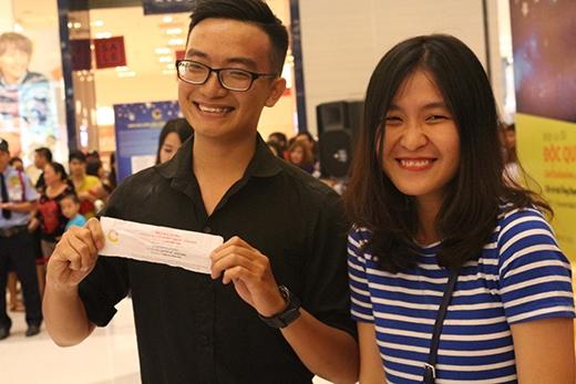 """Nụ cười rạng rỡ của cặp đôi khách hàng khi nhận giải cao nhất của chương trình """"Hái sao may mắn""""."""