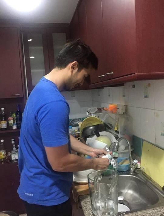 Anh luôn bận yêu em nhưng chắc chắn sẽ có đủthời gian để giúp em việc nhà nhưrửa chén...(Ảnh Internet)