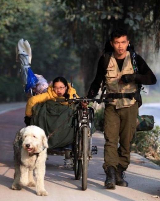 """Đưa người yêu bại liệt du lịch khắp Trung Quốc trên chiếc xe đẹp cũ kĩ, chàng trai này chính là """"soái ca"""" trong cuốn tiểu thuyết đời thực. (Ảnh Internet)"""