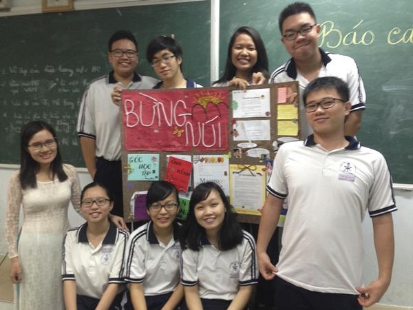 Cô Lâm chụp ảnh cùng Như Mai (ở giữa hàng dưới) và các học sinh trong lớp 11CA3. (Ảnh: NVCC)