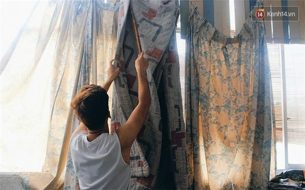 """Chăn mền được tận dụng làm rèm cửa siêu dày để ngăn nắng nóng """"xâm nhập""""."""