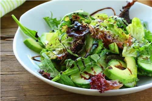 Để giảm thiểu lượng calo nạp vào cơ thể cũng như tiết kiệm chi phí, các bạn có thể tự chế biến được nước sốt salad với những nguyên liệu đơn giản (Ảnh minh họa)