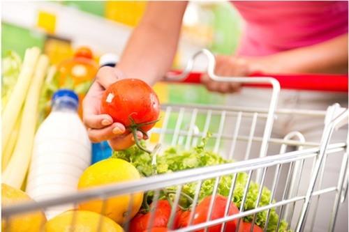 Tốt nhất khi chọn mua các thực phẩm không có bao bì đóng gói, bạn vẫn nên để chúng trong túi bóng trước khi đặt vào giỏ hàng (Ảnh minh họa)