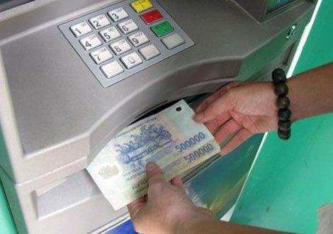 Người dân cần tự bảo mật dữ liệu thẻ của mình khi đi rút tiền tại các cây ATM (Ảnh minh họa)