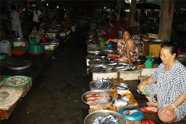 Cầu Hai, khu chợ chuyên về hải sản lớn nhất huyện Phú Lộc (Thừa Thiên - Huế), cũng rơi vào tình cảnh đìu hiu vắng bóng người mua.