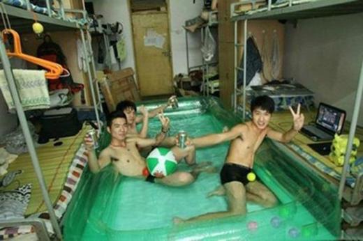 Khi kí túc xá củasinh viên biến thành một bể bơi trong nhà hẳn hoi. (Ảnh: Internet)
