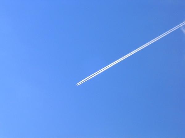 Thỉnh thoảng máy bay để lại những vệt trắng trên nền trời.