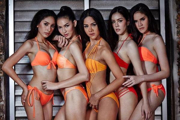 Các cô gái khoe hình thể trong những bộ bikini với tông màu nổi bật như: cam, đỏ, hồng. Vẻ nóng bỏng, quyến rũ của họ thu hút ánh nhìn ngay từ những giây đầu tiên.